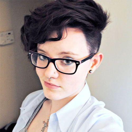 Вот такой вариант мне намного ближе. С модным виском соседствует шикарная укладка сверху. Но для того, чтобы она смотрелась эффектно, нужно иметь жёсткие волосы.