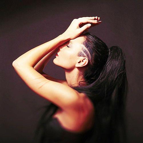 Как вариант – висок выбрить не полностью, а с рисунком. При этом причёску следует делать такую, чтобы волосы не загораживали орнамент.