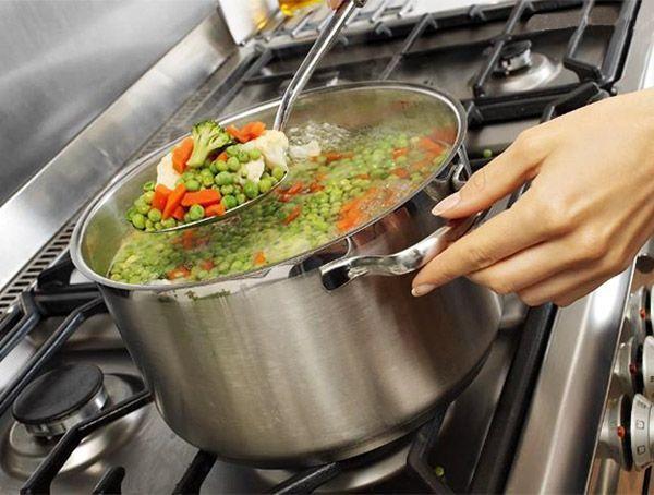 Если вы хотите получить при варке вкусные овощи, их следует опустить в воду после того, как она закипит. Если же ваша цель - вкусный бульон, нужно начинать варить овощи в холодной воде.