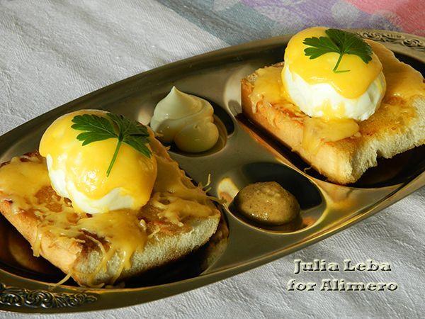 Завтрак с яйцами на тостах