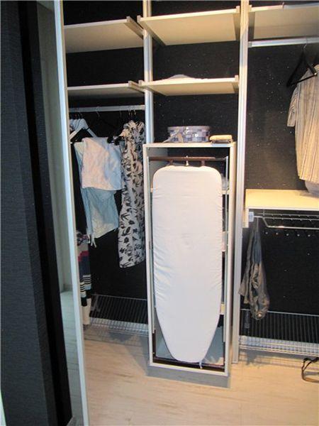 Если у вас есть своя гардеробная или хотя бы просторный шкаф для вещей, можно встроить доску туда. Место она займёт не так и много, а от посторонних глаз будет скрыта.
