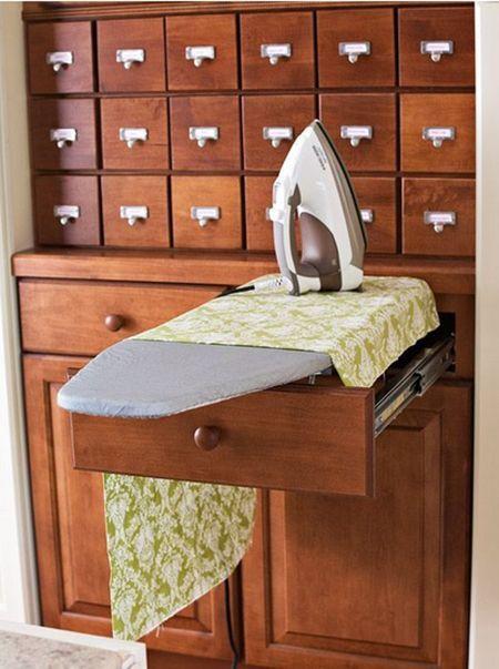 Некоторые гардеробные модули можно приобрести уже со встроенной гладильной доской. Это и практично, и удобно одновременно!