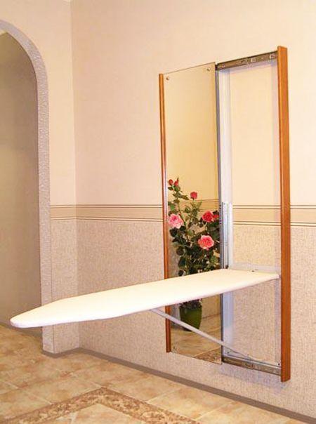 Замечательный вариант для любителей больших зеркал – спрятать встроенную гладильную доску за одним из них.