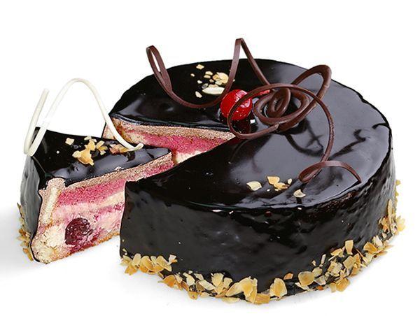 Перед поливкой глазурью торт лучше посыпать крахмалом, чтобы глазурь не растекалась. Выровнять же её можно ножом, обмакивая его в горячую воду.