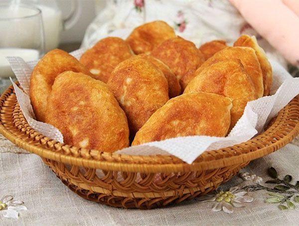 Дрожжевое тесто для жареных пирожков должно быть более слабой консистенции, чем для печёных. Только тогда они получаются мягкими и воздушными!