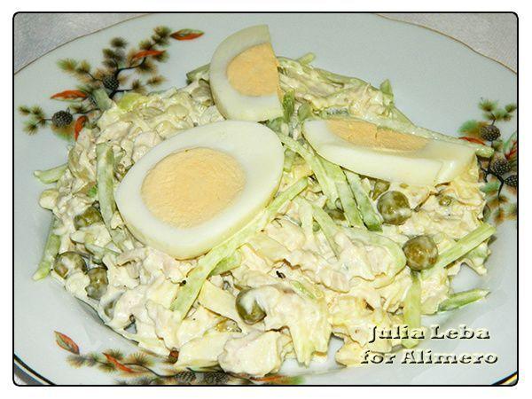 Вкусный салат с курицей и овощами