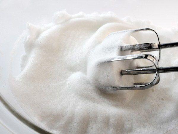 Яичные желтки нужно взбивать в тепле, а белки – в холоде. Прежде чем взбивать белки, вытрите насухо ёмкость для взбивания. Нельзя допустить попадания даже капли воды или кусочка желтка в белки, потому что тогда они не взобьются в крепкую пену.