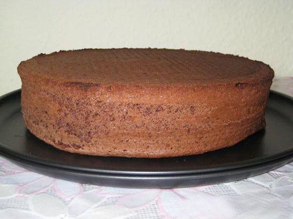 Бисквитное тесто имеет свои секреты. Яично-сахарную смесь нельзя смешивать с мукой дольше 15 секунд! Иначе тесто осядет, и бисквит будет плотным, не воздушным.
