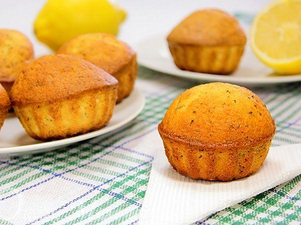 Чтобы тесто для кексов имело ярко-жёлтую окраску, желтки яиц нужно растереть с щепоткой соли с вечера (!), накрыть, поставить в холодильник, а утром использовать в тесто.