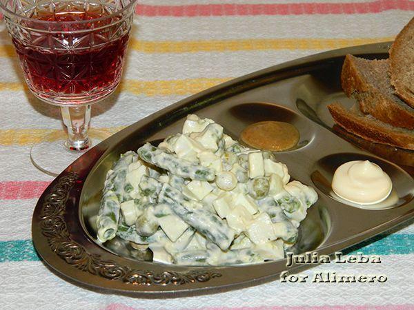 Полезный салат с яйцами и овощами