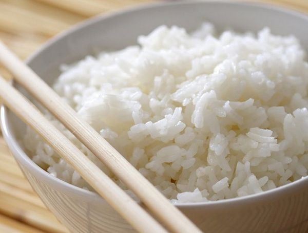 Клейкий рис. Причина – слишком много воды. Она должна покрывать рис не больше, чем на 2 см. Слипшийся рис можно выложить тонким слоем на пергаментную бумагу и убрать в холодильник. Потом использовать для супа или запеканки. Если вы всё же хотите его съесть в виде каши, сразу после приготовления переложите его в дуршлаг и обдайте холодной водой.