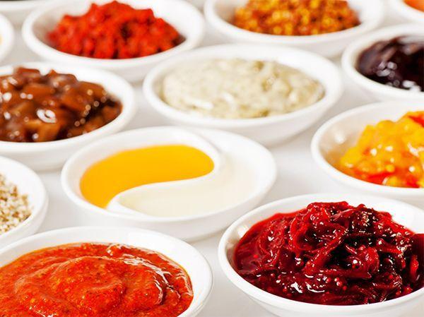 Неоднородный соус. Причина – ингредиенты добавляются быстро или имеют неправильную температуру. Нужно добавлять все продукты постепенно, не забывая помешивать. Для превращения комковатого соуса в однородную массу попробуйте перетереть его через сито.