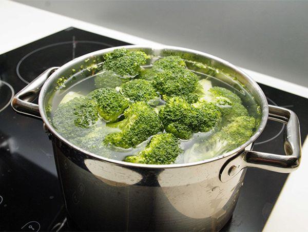 Разварившиеся овощи. Причина одна – слишком долгая тепловая обработка. Чтобы этого избежать, нужно знать время приготовления каждого продукта и в соответствии с ним запускать их в блюдо. Исправить уже случившееся можно двумя способами. 1. Сразу после варки залить овощи холодной водой. 2. Размять их в пюре и пустить в суп.