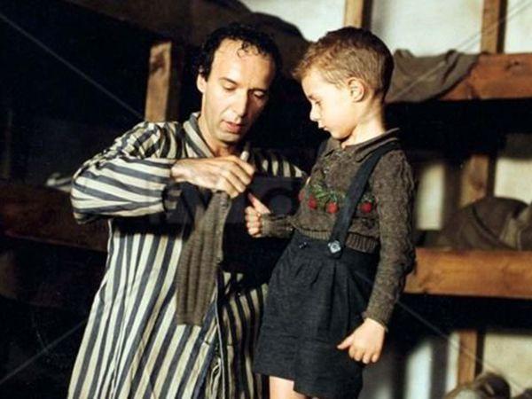«Жизнь прекрасна». Италия, 1997. В главных ролях: Роберто Бениньи, Николетта Браски, Джорджио Кантарини. Фильм с элементами комедии и мелодрамы, но для меня это всё же драма. Эта лента рассказывает о том, как отец спасает сына, оказавшись в концлагере. Фильм тяжёлый, но такой нужный… О силе воле и родительской любви. Бениньи – уникальный человек. Здесь он выступил не только в роли актёра, но ещё как режиссёр и сценарист.