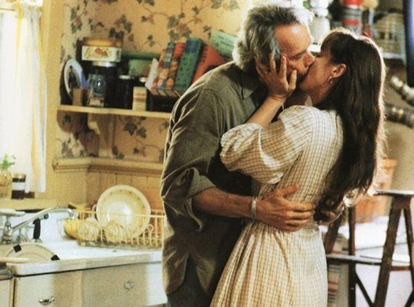 «Мосты округа Мэдисон». США, 1995. В главных ролях: Мерил Стрип, Клинт Иствуд. Кинофильм Клинта Иствуда, основанный на одноимённом романе Роберта Джеймса Уоллера. На мой взгляд, между героями Франческой и Робертом была не только влюблённость и страсть. Они прочувствовали друг друга, они поняли друг друга, слились друг с другом. Это любовь. Хорошая актёрская работа, кусочек жизни двоих искренне любящих и сложный выбор героини каждый раз вызывают у меня переживания.