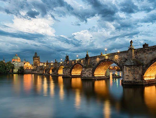 Прага (Чехия). На фото – Карлов мост. Он построен в XIV веке, проходит через реку Влатву, длина этого моста – 520 метров. Мне бы хотелось прогуляться по нему, посмотреть на небо, на воду и, конечно же, на картины и сувениры местных умельцев.