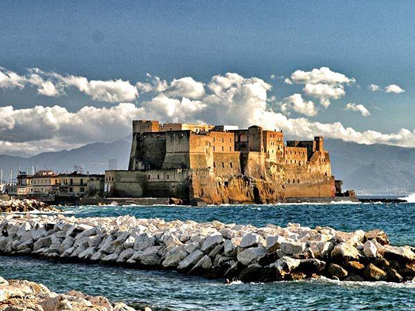 Неаполь (Италия). На фото – Кастель-дель-Ово – замок XII века на острове в Тирренском море, в бухте Неаполитанского залива. О поездке в этот город я мечтаю со школьных лет, с прочтения «Сказок об Италии» Горького. К тому же, ведь именно Неаполь считается родиной моей любимой пиццы. В общем, мне срочно нужно в Италию!))