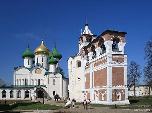 Суздаль (Россия). На фото - Спасо-Ефимовский монастырь. Он располагается на возвышенности и виден издалека. По моим внутренним ощущениям этот город очень тёплый и уютный!