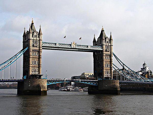 Лондон (Великобритания). На фото – Тауэрский мост, самый знаменитый в мире! Он представляет собой 244-метровый разводной мост над рекой Темзой, недалеко от Лондонского Тауэра. Думаю, многие его помнят по самым первым топикам на уроках английского языка))