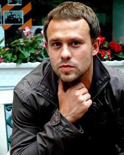 Кирилл Плетнёв. Родился 30 декабря 1979 года в Харькове. По-моему, у него одинаково хорошо получаются самые разноплановые роли. Он берёт своим обаянием! Последнее, что с ним смотрела, это *Мама-детектив*.
