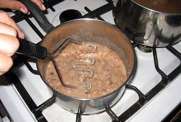 5. Фасоль с грибами. Фасоль отварить, пюрировать со спассерованным луком. Затем соединить с отваренными грибами, красным перцем и солью.