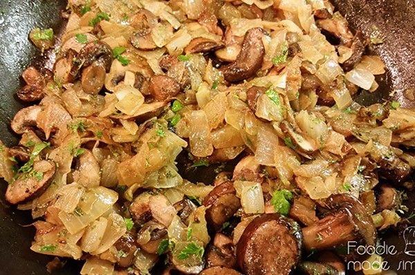 3. Грибы с овощами и сыром. Грибы (в зависимости от вида сначала проварить), лук и болгарский перец нарезать мелким кубиком и обжарить на оливковом масле. Дать остыть. Добавить зелень и мягкий сыр.