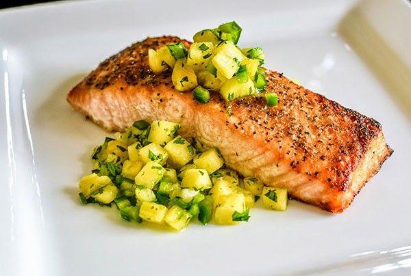 4. Сёмга с ананасами. Свежий ананас и рыбу нарезать маленькими кусочками, добавить свежемолотый белый перец, немного сушеного базилика (зеленого), пару столовых ложек оливкового масла.