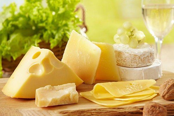 15. Сыр с зеленью. Любой сыр натереть и соединить с вымытой, обсушенной и мелко порубленной ножом зеленью (петрушкой, кинзой, укропом, зеленым луком). Добавить немного растопленного и остывшего сливочного масла, соль, специи.
