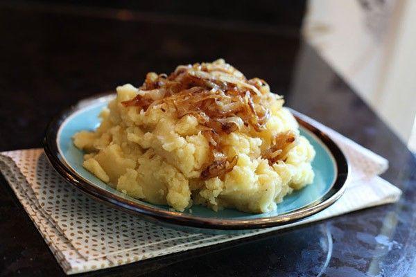 2. Картофель с творогом. Сначала нужно приготовить картофельное пюре со спассерованным луком, солью и специями. А затем соединить его с протёртым творогом.