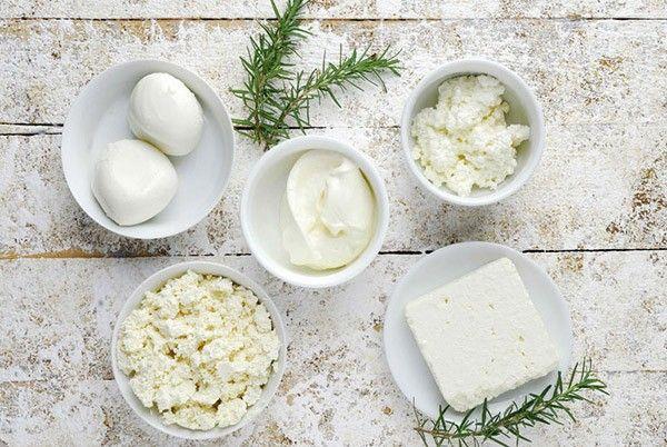 1. Творожно-сырная начинка. Соединить в равных пропорциях творог, адыгейский сыр и брынзу. Добавить мелко нарубленный укроп и специи по вкусу.
