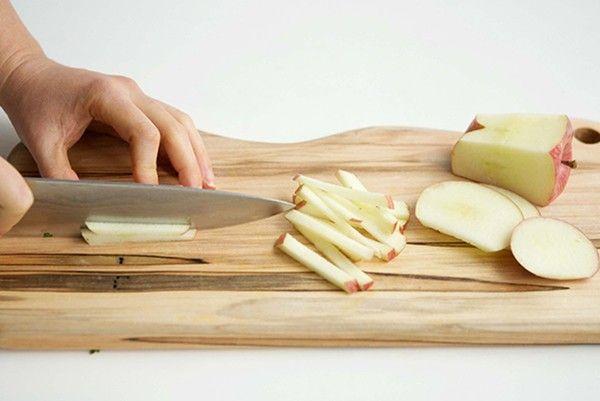7. Яблоки. Мягкие спелые яблоки очистить от кожицы, семечек и сердцевины, нарезать соломкой, пересыпать сахаром (количество по вкусу), дать постоять в течение 15 минут. При желании можно добавить корицу.