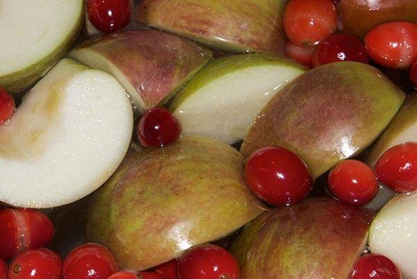 5.  Яблоки с брусникой. Подготовленную бруснику опустить в кипящую воду на 2–3 минуты. Откинуть на дуршлаг. Яблоки, очистив от кожицы и сердцевины, натереть на терке, добавить сахар и перемешать с брусникой.