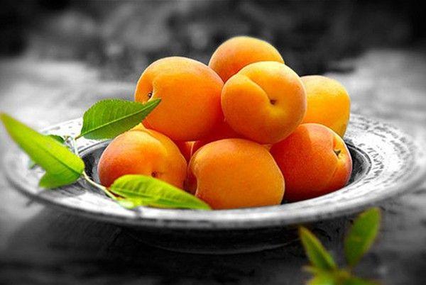 12. Абрикосы. Плоды промыть, удалить косточки.  Разрезать абрикосы пополам. Выкладывать на тесто половинками,  посыпав сахаром.