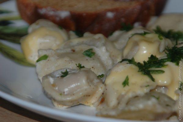 Пельмени с сыром, тушенные в сливках