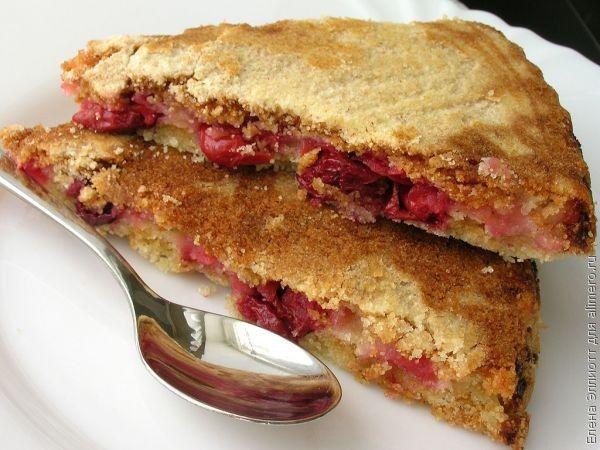 Сухой пирог с яблоками и вишней