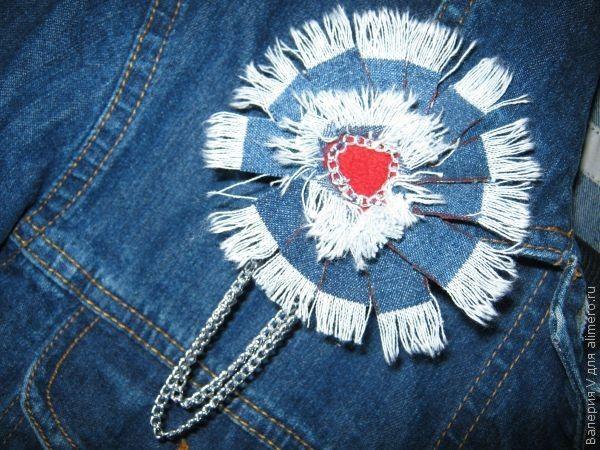 Такими цветами можно украсить и сумки из джинсовой ткани.