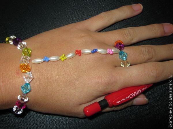 Браслет-кольцо из бисера и бусинок.