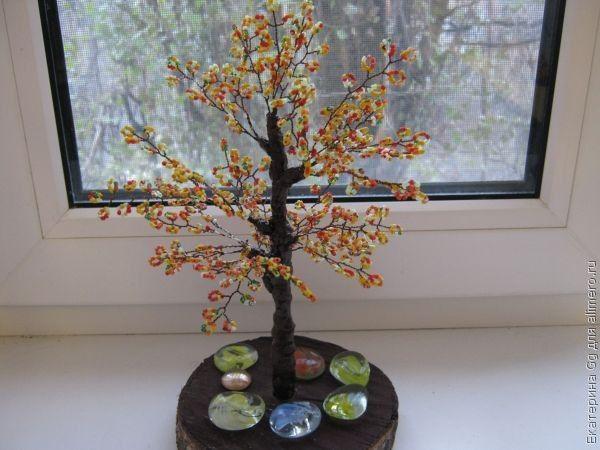 Раньше я плела из бисера различные украшения, цветы.  А на днях я сделала свое первое деревце из бисера.