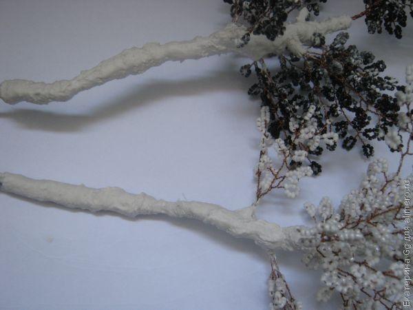 Ждем сутки, пока гипс хорошо высохнет.  Затем красим ствол белого дерева - белой краской, а черного - черной.
