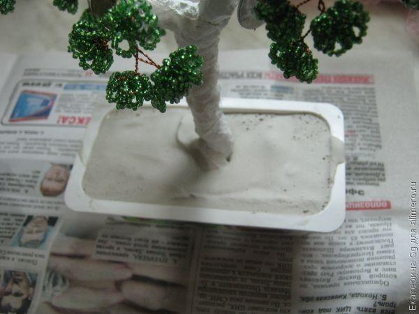 Ждем пока высохнет и красим само дерево и подставку коричневой краской.  Затем, подставку дерева обклеиваем монетками.