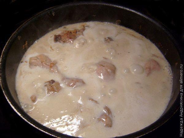Куриные голени с грибами в крем-соусе