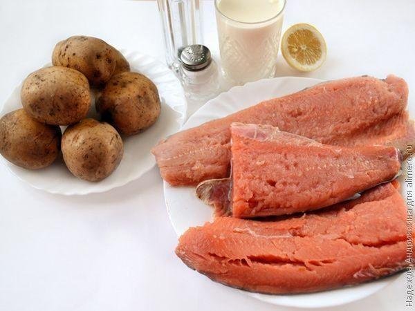 Запекаем рыбу с картошкой и сметаной