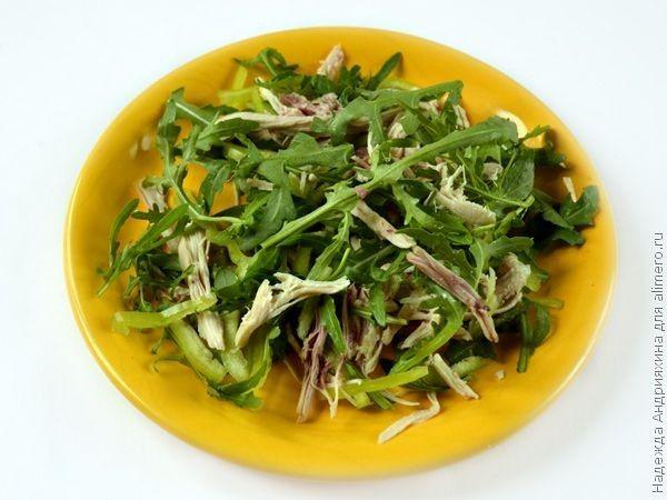 Салат с рукколой, курицей и овощами