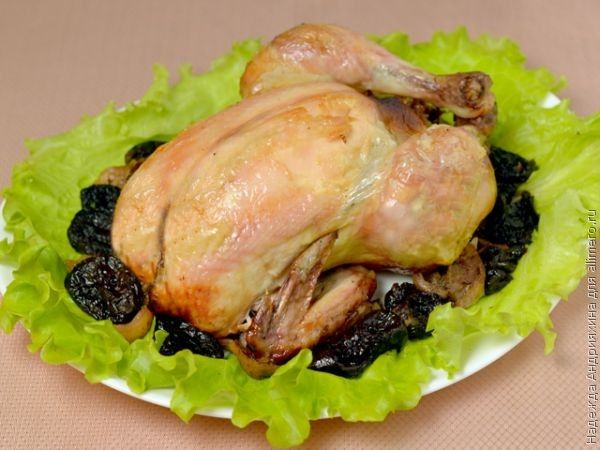 Курица фаршированная черносливом и яблоками, рецепты с фото