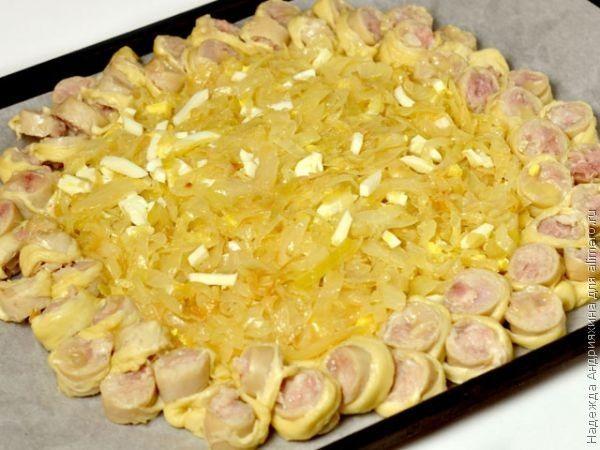 Плетеный пирог с колбасками и капустой