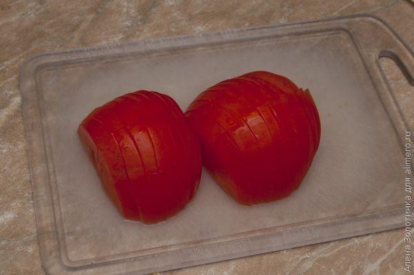 порезала помидор