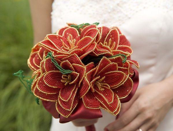 В качестве букета невесты я бы, конечно, не стала использовать цветы из бисера. А вот, чтобы во время ритуала, когда невеста бросает букетик, можно взять и такой.