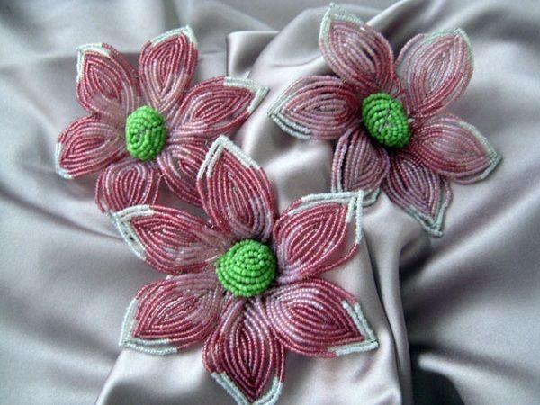 Эти цветы из бисера отличаются яркой сердцевиной, которая сразу же приковывает взгляды.  Сделать их совсем не трудно, потом можно оформить как оригинальный букет.