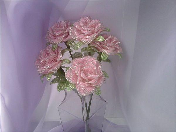 Живые розы очень колючие, но их все равно любит большинство женщин, вот такой оригинальный и очень нежный букетик тоже понравится многим.