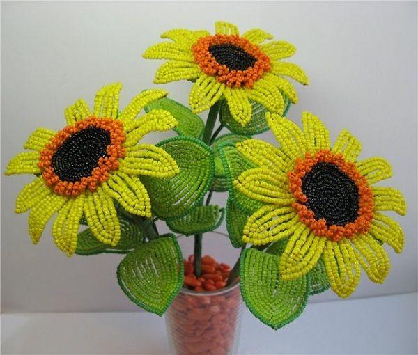 Подсолнухи яркие и солнечные цветы, которые часто используются в интерьере кухни. Так почему же не сделать оригинальный букетик своими руками?